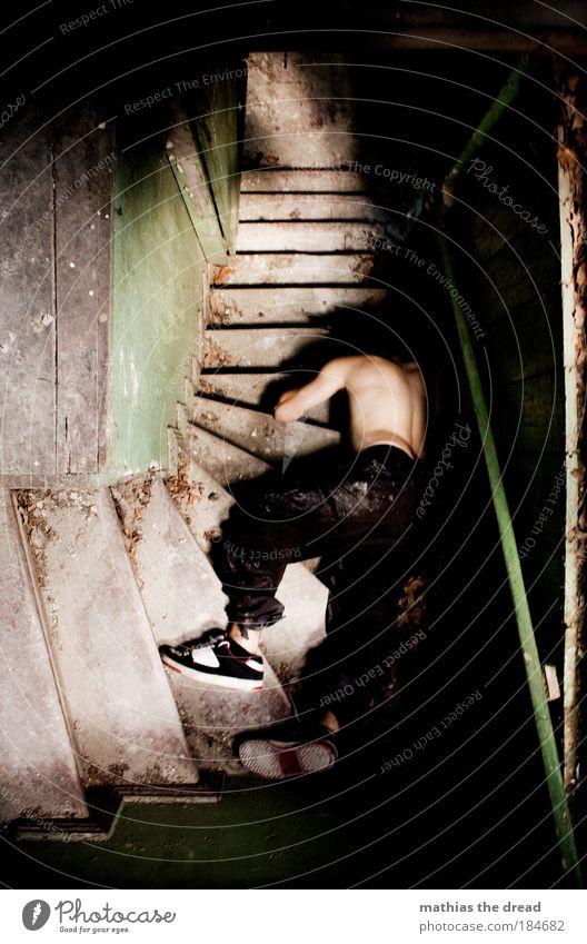 VERENDET Mensch blau dunkel Tod Holz Gebäude Schuhe liegen dreckig Treppe maskulin gefährlich Schmerz Rauschmittel Ruine Alkohol