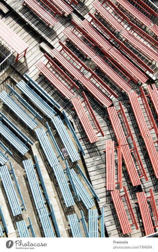 Theaterbänke1 Farbfoto Außenaufnahme Menschenleer Tag Vogelperspektive Tourismus Veranstaltung Open Air Ruine Holz Bank Reihe rot blau verlassen schräg