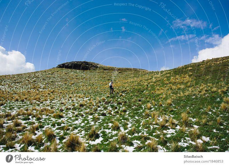 Den Berg hinauf wandern Natur Ferien & Urlaub & Reisen Jugendliche Junger Mann Landschaft Freude Ferne Berge u. Gebirge Lifestyle Schnee Freiheit Felsen Ausflug