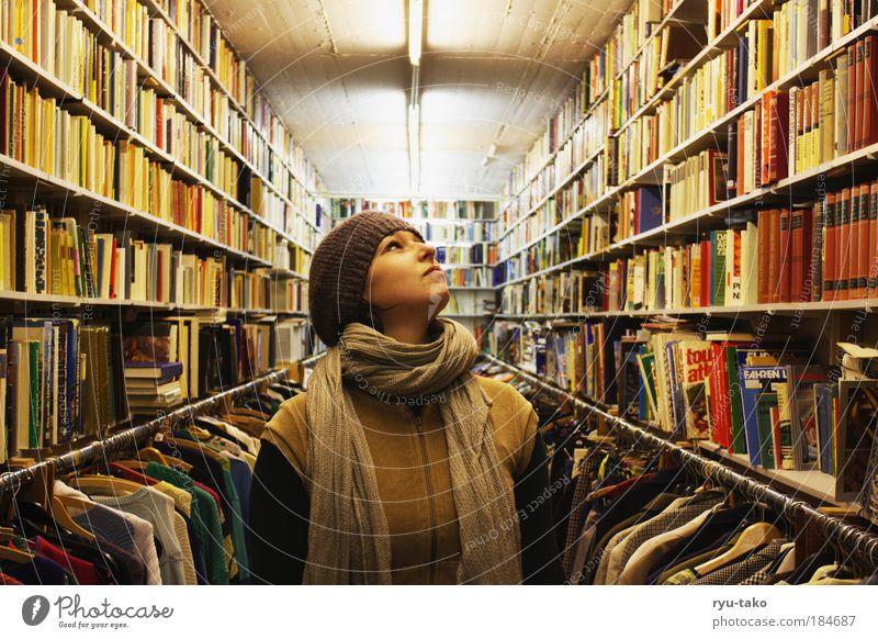 Between the knowledge Medien Jugendliche Porträt ruhig Gesicht Frau feminin Mensch Kopf Ladengeschäft Haare & Frisuren Lampe Buch Suche Perspektive Bekleidung