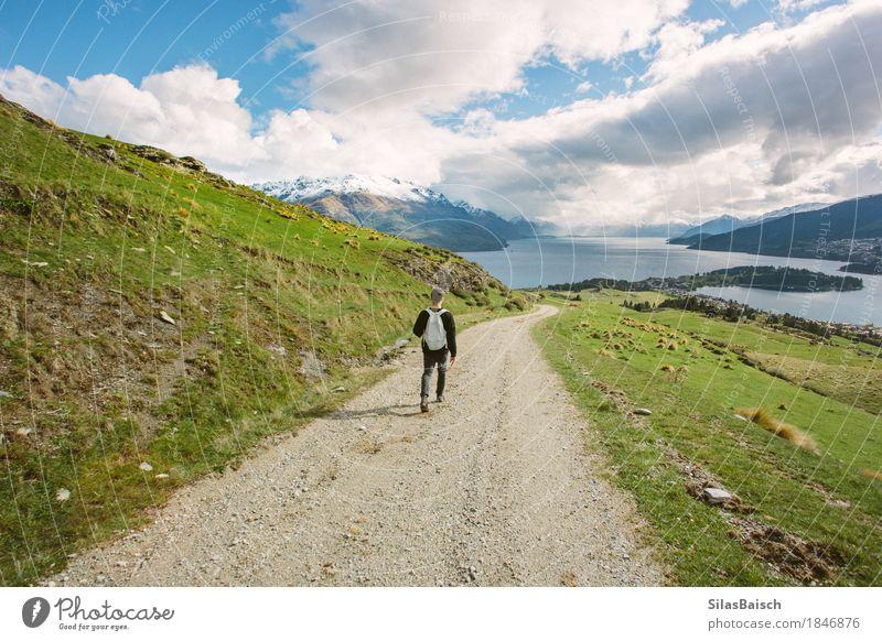 Natur Ferien & Urlaub & Reisen Jugendliche Junger Mann Landschaft Erholung Freude Ferne Umwelt Leben Lifestyle Freiheit Ausflug wandern Feld Schönes Wetter