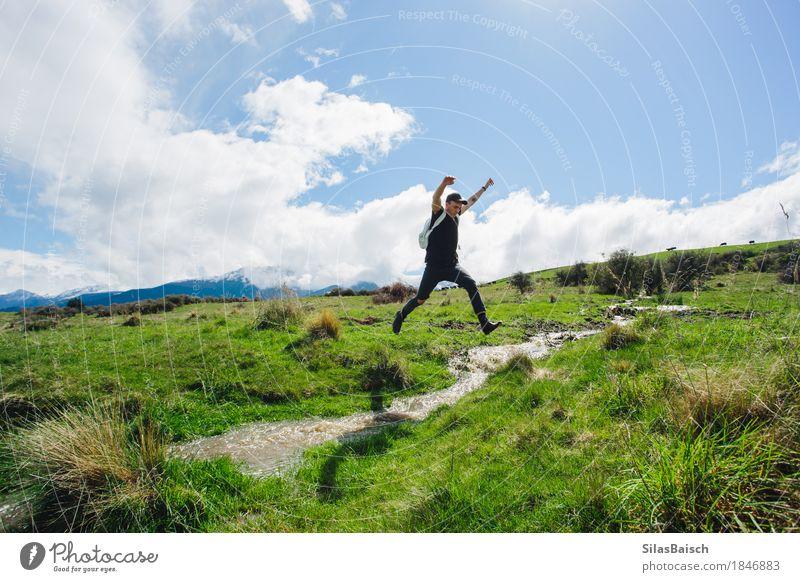 Springen über Streams Natur Ferien & Urlaub & Reisen Jugendliche Junger Mann Landschaft Freude Ferne 18-30 Jahre Erwachsene Gras Glück Freiheit springen Feld