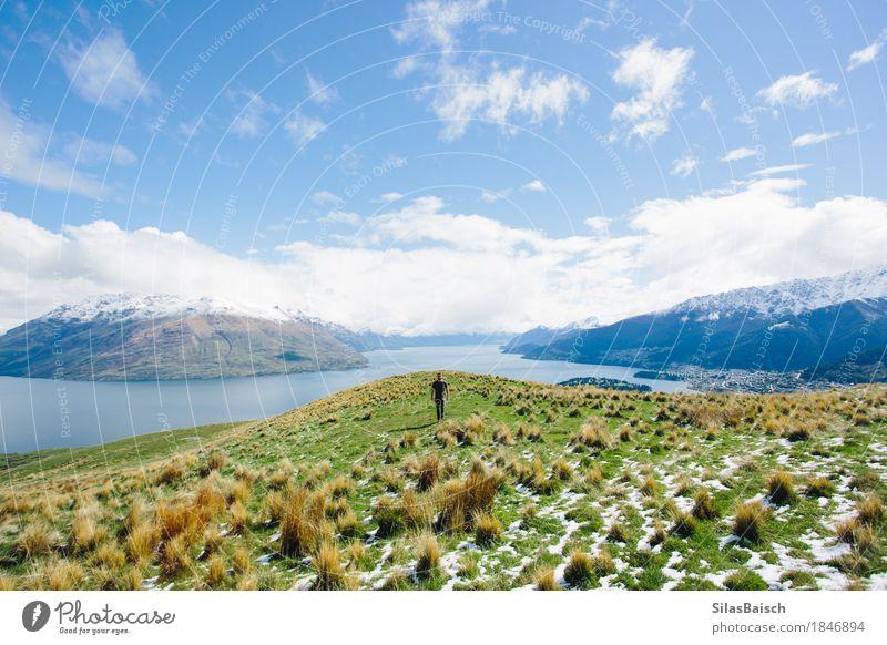 Den Hügel hinauf wandern Freude Ferien & Urlaub & Reisen Tourismus Ausflug Abenteuer Ferne Freiheit Expedition Camping Sommerurlaub Junger Mann Jugendliche