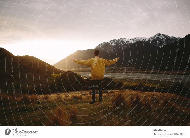 Natur Ferien & Urlaub & Reisen Jugendliche Junger Mann Landschaft Freude Ferne 18-30 Jahre Berge u. Gebirge Erwachsene Glück Freiheit Felsen Tourismus Ausflug