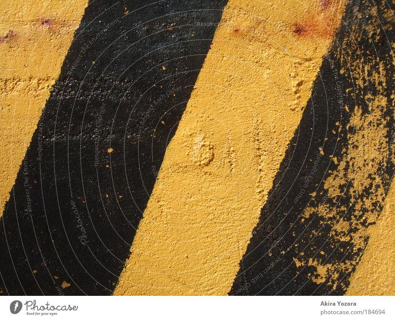 Sperrgebiet alt schwarz gelb Stein gefährlich fahren kaputt einfach Hinweisschild Aggression gestreift achtsam Verkehrsschild Verkehrszeichen Warnschild