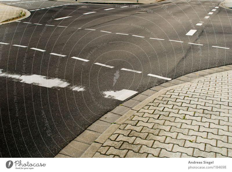 Wie gehts weiter? Straße Leben grau Linie Schilder & Markierungen Verkehr authentisch Zukunft Wandel & Veränderung Neugier entdecken Mut Verkehrswege Idee