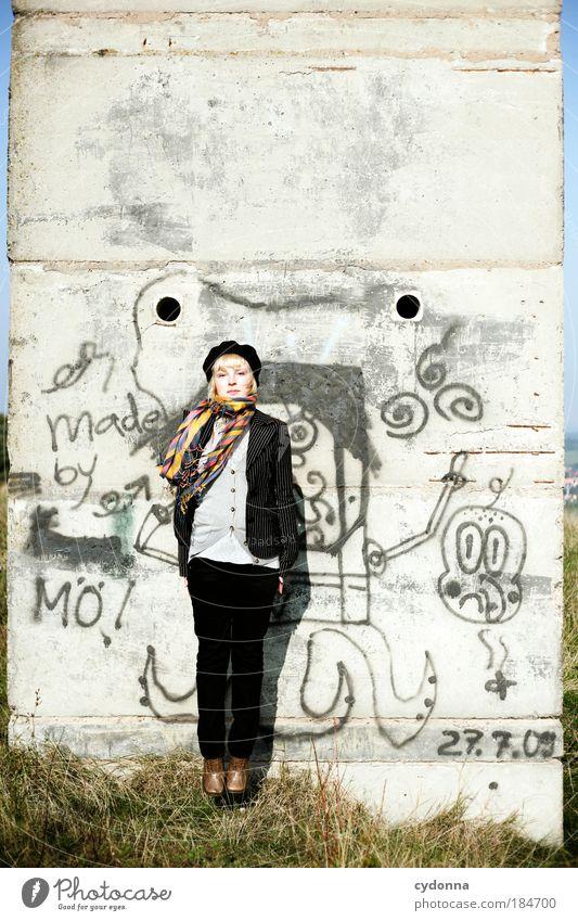 Aufstand proben Frau Mensch Jugendliche schön Porträt Leben Wand springen Stil Bewegung Freiheit träumen Freude Mauer Kraft