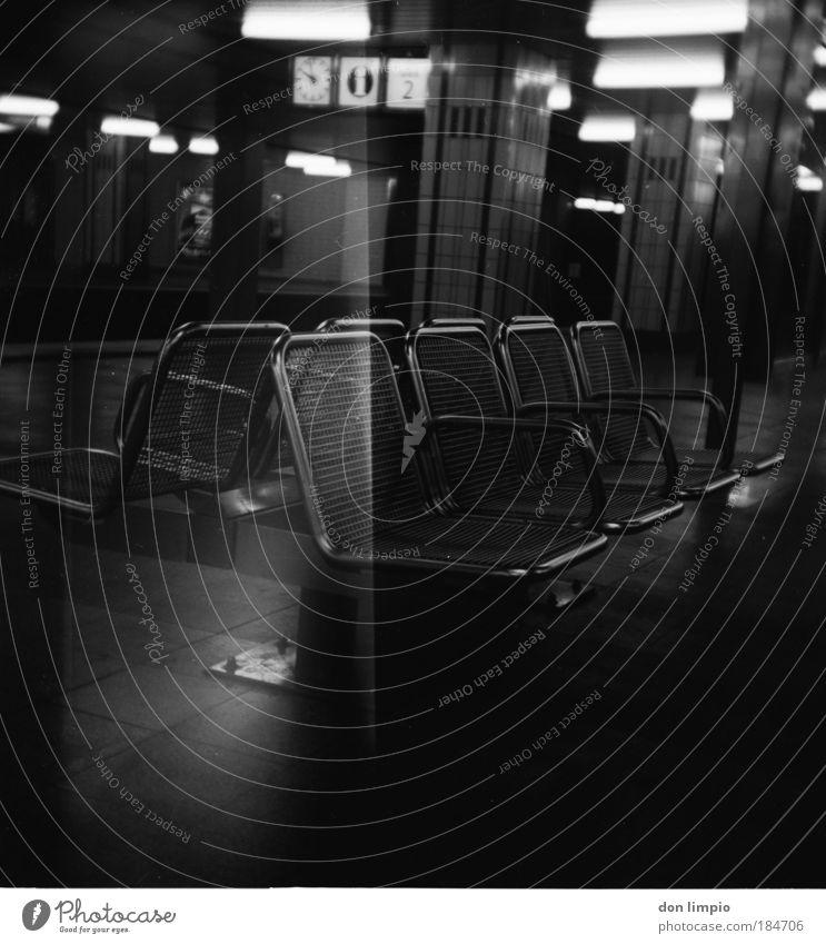 die 8 Schwarzweißfoto Innenaufnahme Lichterscheinung Low Key Schwache Tiefenschärfe Zentralperspektive Innenarchitektur Sitz Bank Bahnhof Tunnel U-Bahn