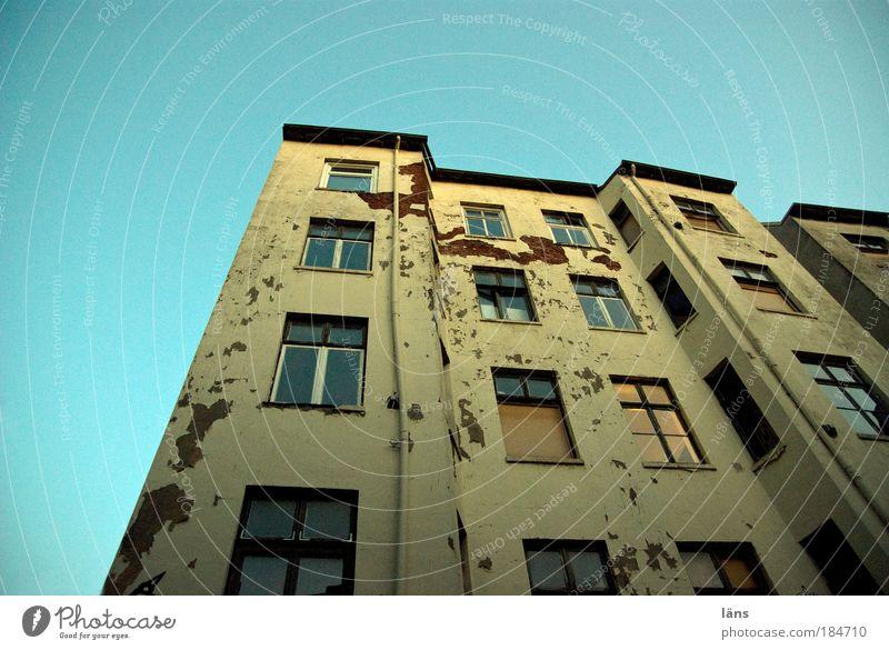 das Viertel lebt alt Stadt Haus Fenster Fassade Zukunft authentisch Häusliches Leben Wandel & Veränderung Altstadt unsicher verwohnt