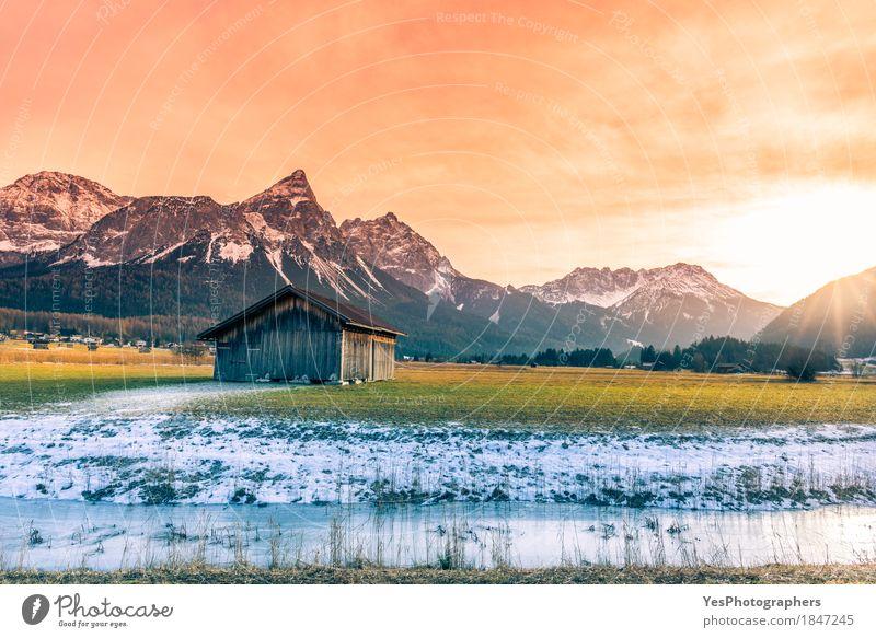 Hölzerne Scheune und alpine verschneite Landschaft Natur Ferien & Urlaub & Reisen Winter Berge u. Gebirge Frühling Schnee Holz Glück außergewöhnlich Tourismus