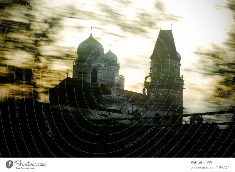 Passauer Dom und Stadtturm Farbfoto Außenaufnahme Menschenleer Textfreiraum unten Dämmerung Altstadt Kirche Turm Sehenswürdigkeit Religion & Glaube Tag