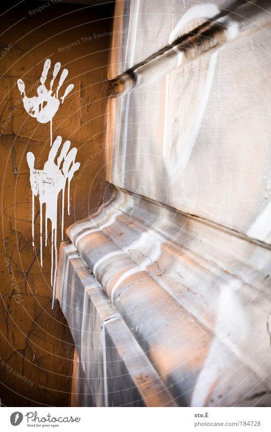 zeichen setzen Farbfoto Außenaufnahme Strukturen & Formen Tag Kontrast Häusliches Leben Wohnung Haus Bar Cocktailbar Kunst Stadt Fußgängerzone bevölkert