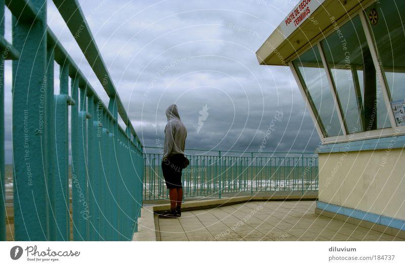 hart am wind Mensch blau Wolken Einsamkeit grau Wellen Küste maskulin Rücken stehen Meer Nordsee Gefühle