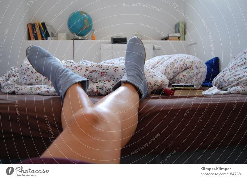 Fernweh. Mensch Medien blau Sommer Landkarte Ferne Erholung feminin Freiheit Denken träumen Beine Fuß Schuhe Wohnung