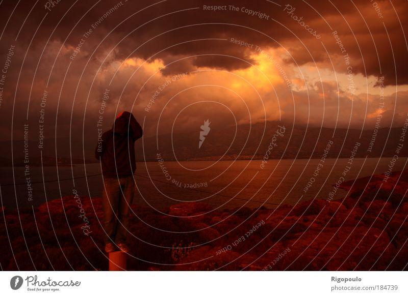 Natur Wasser Pflanze Einsamkeit Erwachsene Herbst Landschaft Berge u. Gebirge Sträucher Trauer Himmel 18-30 Jahre Mensch Konzentration Seeufer Unwetter