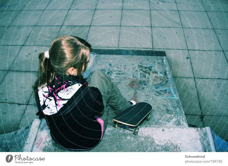 Take a Break Mensch Jugendliche Erwachsene Erholung Leben feminin Graffiti Frau Bewegung Stil Rücken sitzen Beton ästhetisch Junge Frau Lifestyle