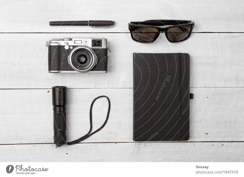 Set coole Reise Sachen auf Holz Lifestyle Leben Ferien & Urlaub & Reisen Tourismus Ausflug Sommer Fotokamera Accessoire Sonnenbrille Rudel Schreibstift modern