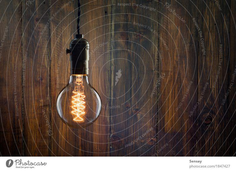 Weinlese weißglühende Edison-Art Birne auf hölzerner Wand Stil Lampe Tube alt dunkel hell retro braun gelb rot schwarz Idee Holz Hintergrund Knolle Licht