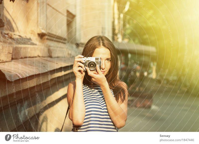 Hübsches Mädchen, das Foto auf der Straße macht Mensch Frau Ferien & Urlaub & Reisen Sommer schön weiß Sonne Hand Freude Gesicht Erwachsene Herbst Glück Mode