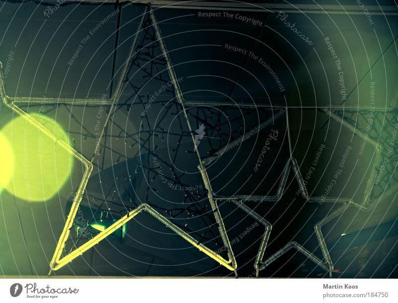 star(t) Dekoration & Verzierung blau gelb grün Stern (Symbol) Lichterkette Lichteinfall Beleuchtung glänzend hängend netzartig dunkel hell verschönern Schmuck