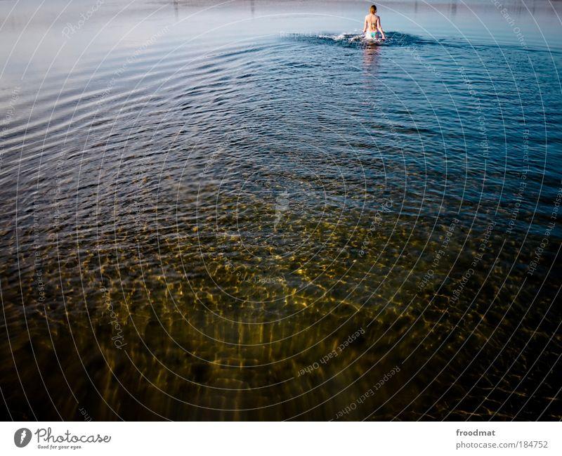 999 - weiter weg Mensch Frau Natur Wasser schön Sommer Erwachsene Umwelt Wetter Zufriedenheit Kraft gehen Schwimmen & Baden laufen natürlich Klima
