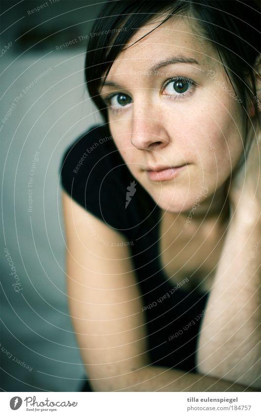 ego Farbfoto Innenaufnahme Textfreiraum links Porträt Blick Blick in die Kamera Blick nach vorn feminin Frau Erwachsene Leben 1 Mensch 18-30 Jahre Jugendliche