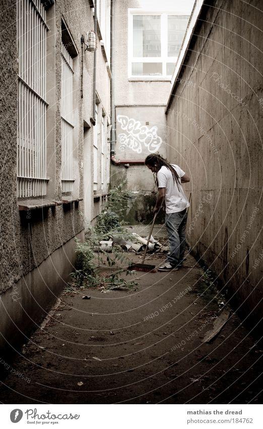 STRAßENFEGER Mensch Jugendliche dunkel Arbeit & Erwerbstätigkeit Wand Stil Fenster Haare & Frisuren Mann Mauer Gebäude dreckig Erwachsene maskulin Fassade