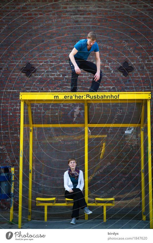 Überraschende Begegnung maskulin feminin Junge Frau Jugendliche Junger Mann 2 Mensch 18-30 Jahre Erwachsene Bushaltestelle Wartehäuschen Mauer Wand warten