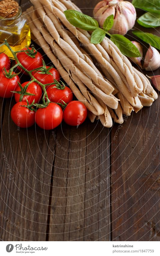 Vollkornnudeln, Gemüse, Basilikum und Olivenöl grün rot Blatt dunkel braun frisch Tisch Kräuter & Gewürze Tradition Backwaren Flasche Mahlzeit