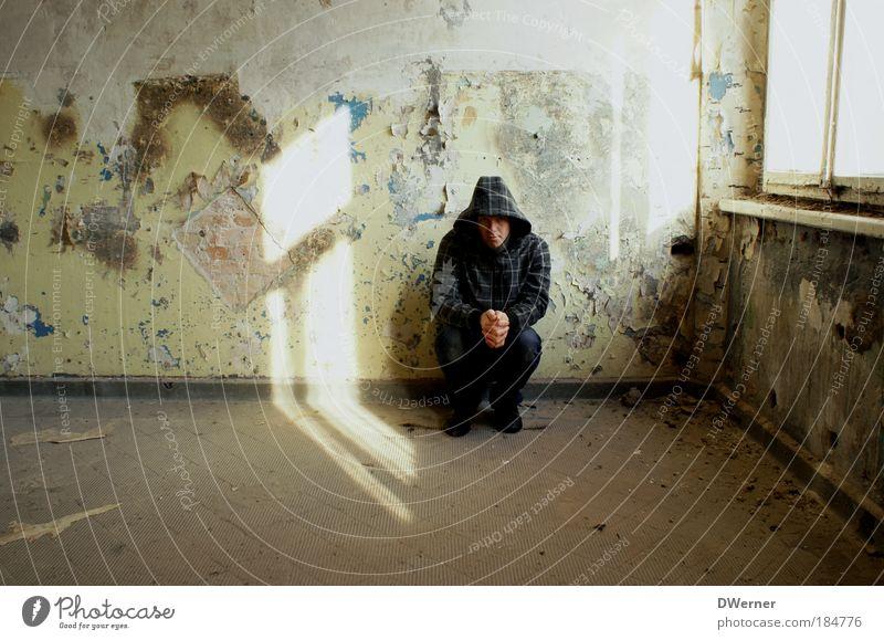 Einsamkeit Mensch Jugendliche Einsamkeit Erwachsene Fenster Wand Gefühle Mauer Traurigkeit Raum Junger Mann warten 18-30 Jahre trist einzeln verfallen