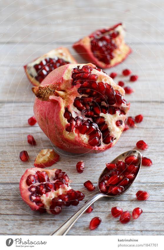 Öffnen Sie frische reife Granatäpfel Frucht Ernährung Vegetarische Ernährung Diät Löffel exotisch Holz lecker saftig braun rot Ackerbau Antioxidans Lebensmittel
