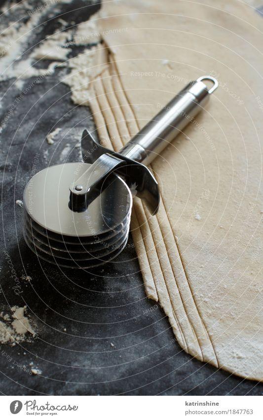 Making hausgemachte Taglatelle mit einer Pasta Rollschneider Teigwaren Backwaren Ernährung Tisch Küche Werkzeug machen dunkel frisch Tradition Zutaten