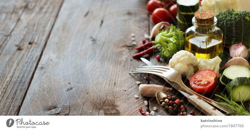 Frisches Gemüse, Olivenöl und Gewürze grün Blatt dunkel gelb Essen Herbst natürlich frisch Tisch Kräuter & Gewürze Jahreszeiten Bauernhof Ernte