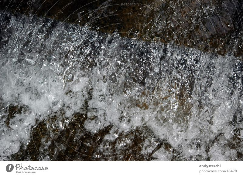 Sprudel Bach Quelle Blubbern nass feucht fließen Schaum Wasser Fluss Mineralwasser blasen