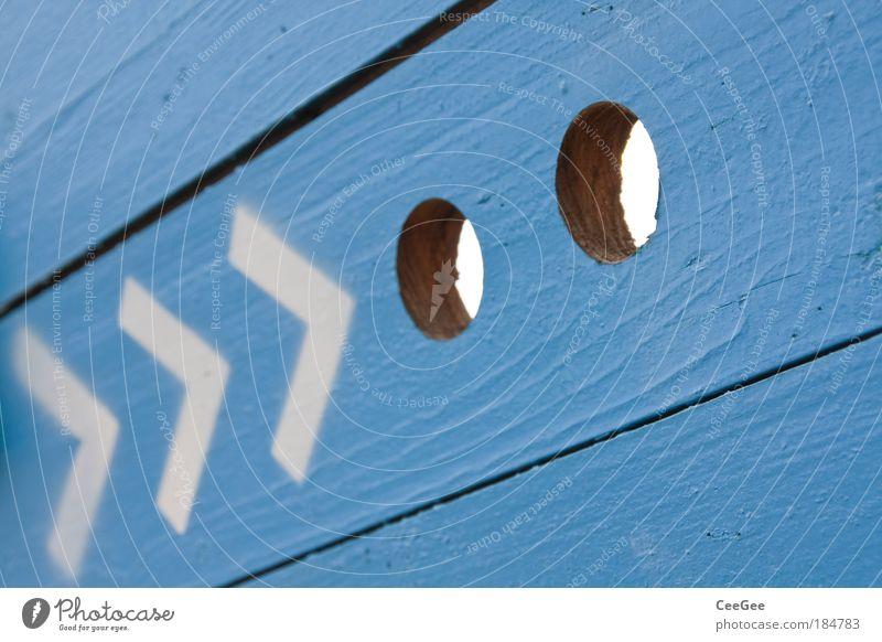schau da blau weiß Wand Holz grau Wege & Pfade Mauer Linie Fassade modern Perspektive Schriftzeichen Unendlichkeit Zeichen Pfeil Blick
