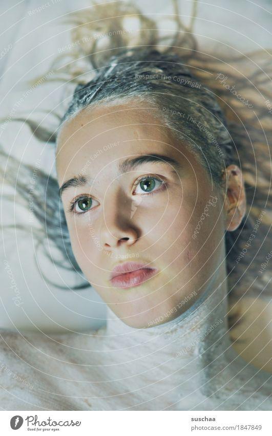 gesicht eines teenagers; körper und haare in weisser farbe Frau Mädchen Jugendliche Junge Frau Gesicht Blick Haare & Frisuren Haarmaske Auge Augenbraue Nase