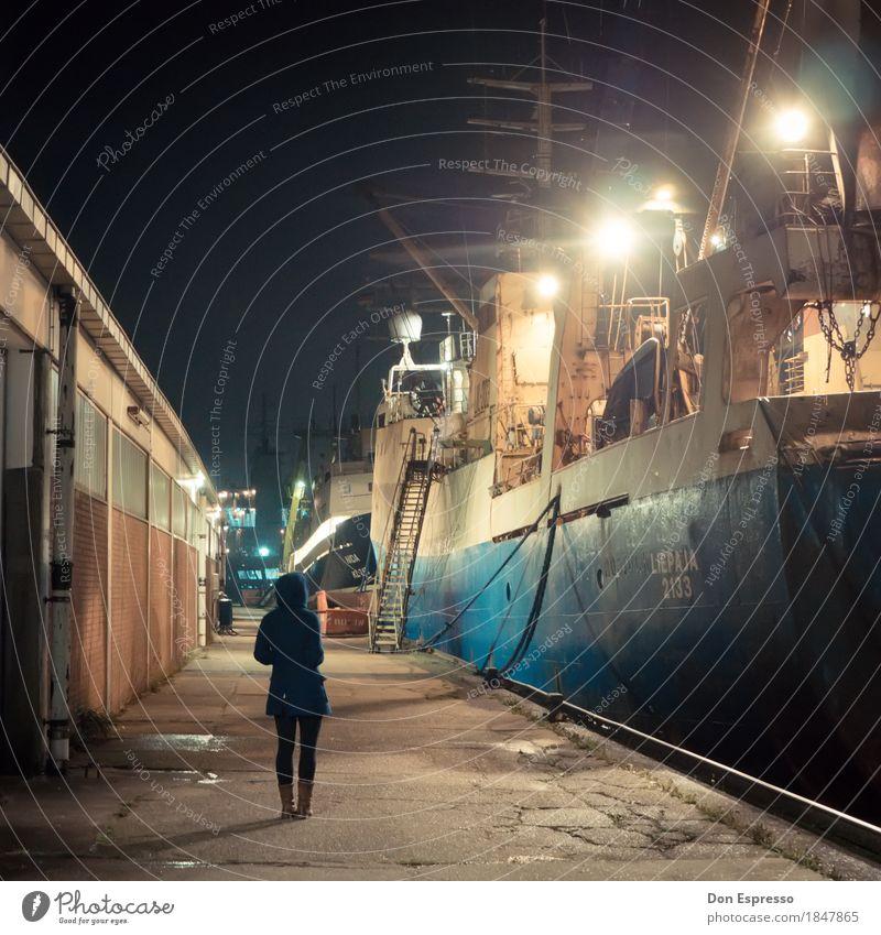 Fischereihafen Mensch Jugendliche Junge Frau kalt Wasserfahrzeug warten beobachten Industrie Sehnsucht Hafen Fernweh Schifffahrt Lagerhalle ankern Bremerhaven