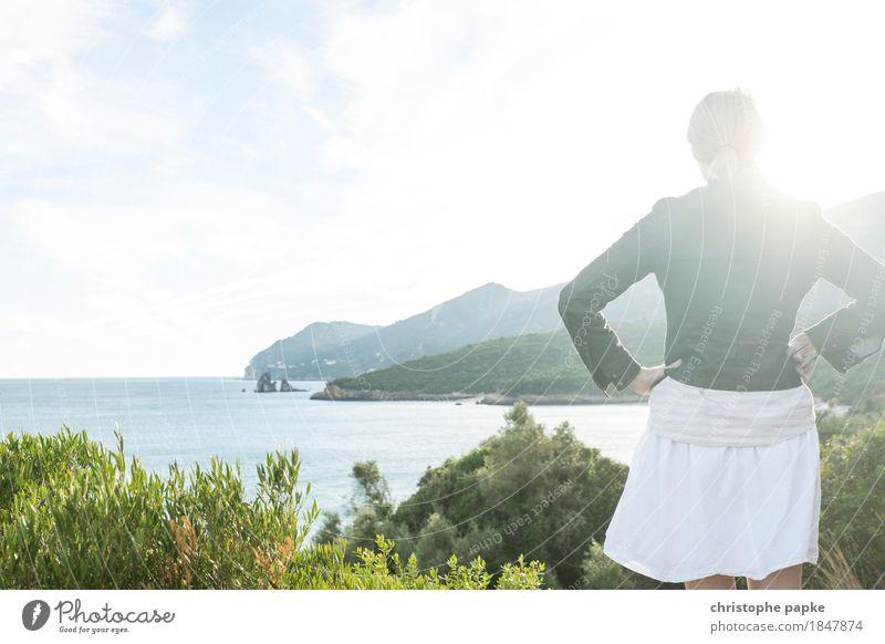 Hügel und Meer Ferien & Urlaub & Reisen Tourismus Ferne Freiheit Sommer Sommerurlaub Sonne feminin Junge Frau Jugendliche Erwachsene 1 Mensch Landschaft Wolken