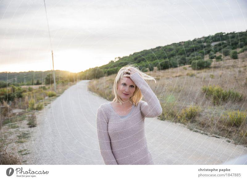 Retroperspektive Zufriedenheit Ferien & Urlaub & Reisen Sommer Sonne feminin Junge Frau Jugendliche Erwachsene 1 Mensch 18-30 Jahre 30-45 Jahre Umwelt Natur