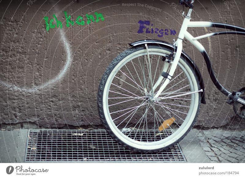 ich kann fliegen Farbfoto Außenaufnahme Tag Lifestyle Fahrrad fahren Ferien & Urlaub & Reisen Unendlichkeit Friedrichshain Symbole & Metaphern Fassade Graffiti