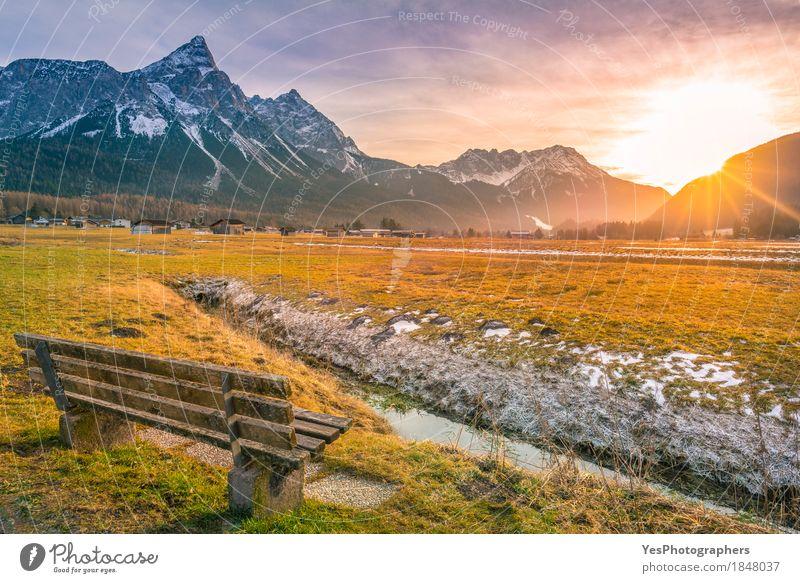 Holzbank auf Gebirgstal Natur Ferien & Urlaub & Reisen Landschaft Erholung Winter Berge u. Gebirge Wiese Schnee Glück Tourismus Textfreiraum Idylle Europa