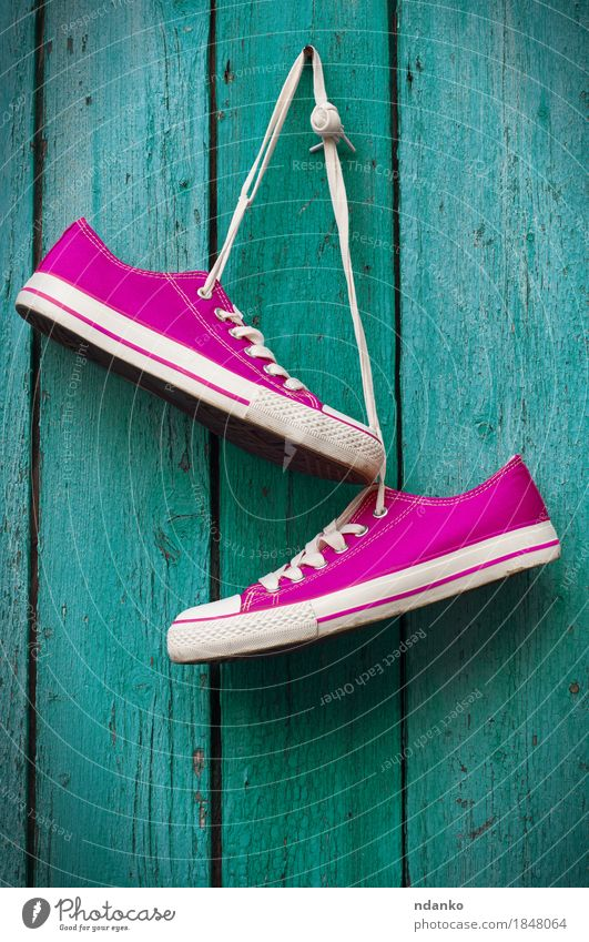 Paar helle rosa Turnschuhe, die an einer Schnur hängen Stil Design Fitness Sport-Training Joggen Mädchen Frau Erwachsene Mann Jugendliche Fuß Erde Mode