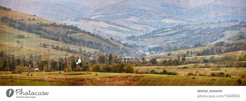 Herbstpanorama in Berghügeln. Dorf im Oktober Tal Natur Ferien & Urlaub & Reisen grün Baum Landschaft Haus Ferne Berge u. Gebirge gelb Wiese Gras Kirche
