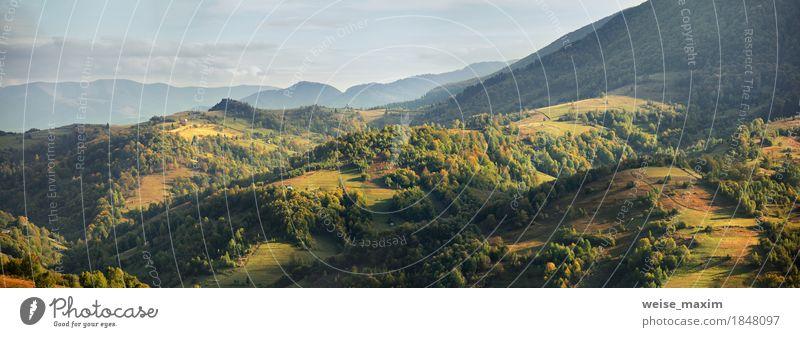 Sonniger Abend in den Bergen. Herbstdorf auf Hügeln Himmel Natur Ferien & Urlaub & Reisen grün Baum Landschaft Wolken Haus Ferne Berge u. Gebirge gelb Wiese