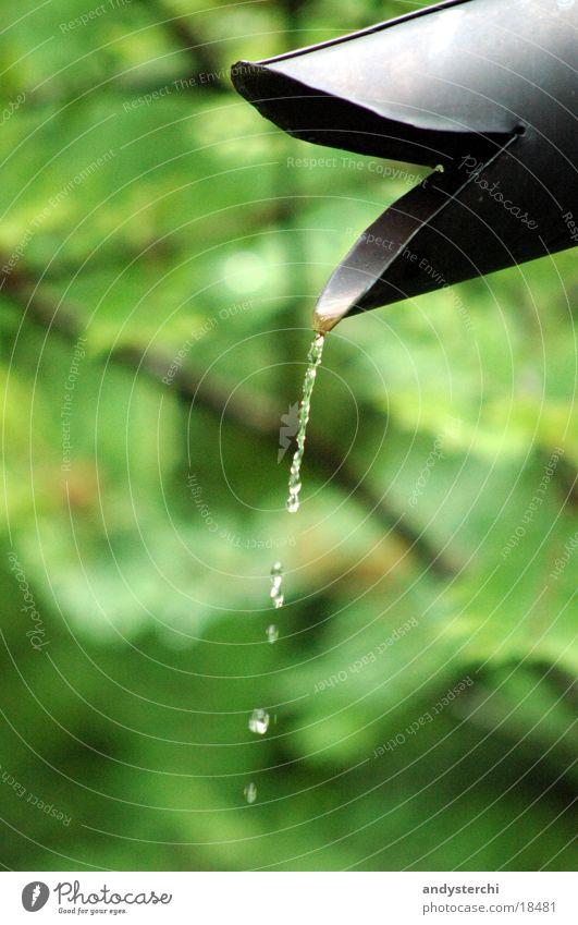 Regen-Abfluss Dachrinne nass Wassertropfen Eisenrohr kupfer