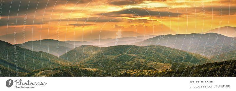 Buntes Gebirgssonnenuntergangpanorama. Herbst alpine Dorfszene Himmel Natur Ferien & Urlaub & Reisen grün Baum Landschaft Wolken Ferne Wald Berge u. Gebirge