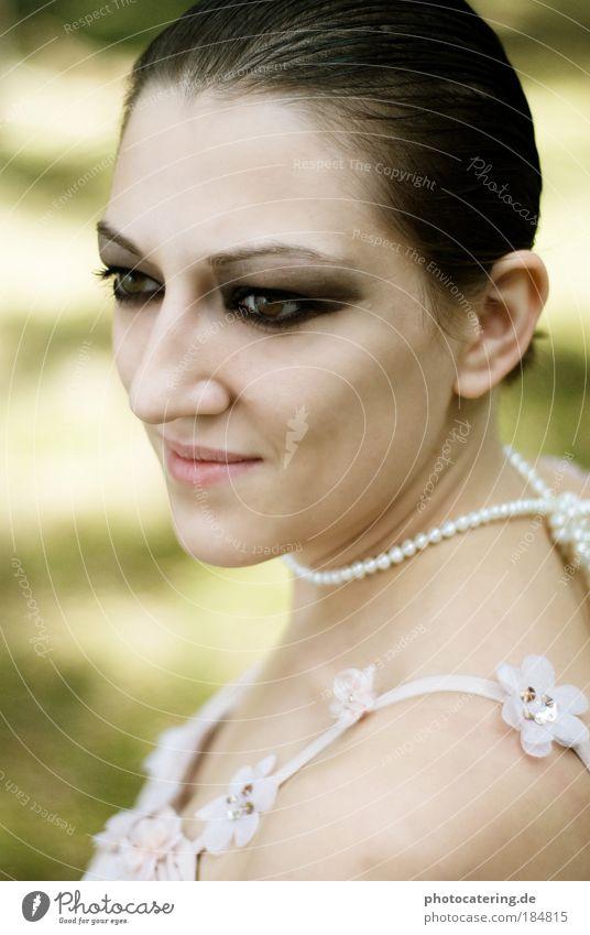 blume Mensch Frau Jugendliche grün schön Freude Erwachsene feminin Gefühle Mode Junge Frau träumen Stimmung Zufriedenheit elegant 18-30 Jahre