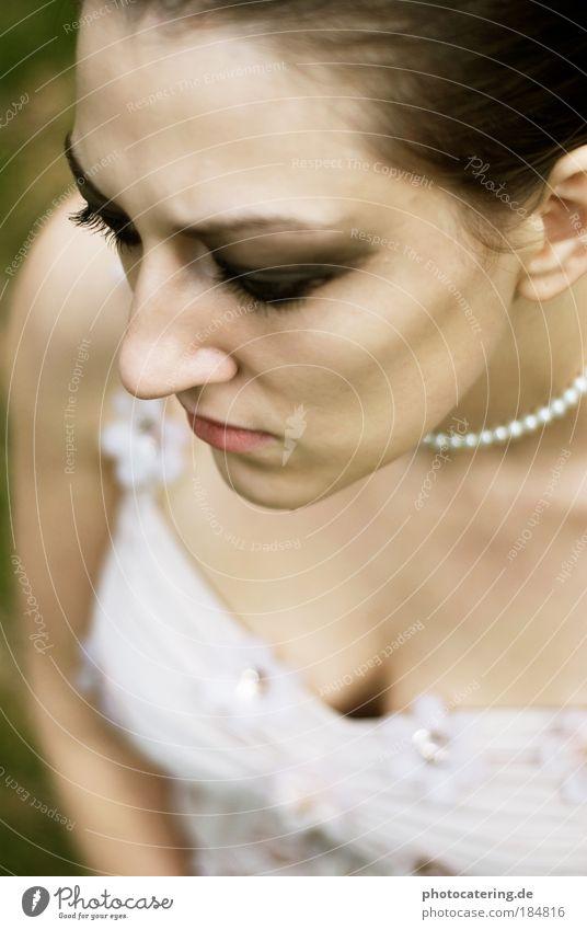 kette Farbfoto Außenaufnahme Tag Vogelperspektive Porträt Blick nach unten Nachtleben Mode Kleid Schmuck brünett kurzhaarig atmen festhalten träumen Traurigkeit