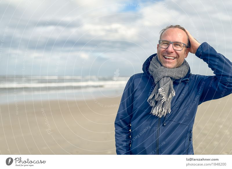 Mensch Ferien & Urlaub & Reisen Mann Meer Erholung Strand Gesicht Erwachsene Herbst Lifestyle lachen Glück grau Tourismus frisch Aktion