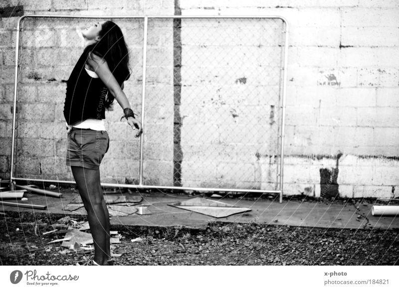 freiheit. Schwarzweißfoto Außenaufnahme geschlossene Augen Lifestyle Haare & Frisuren Mensch feminin Junge Frau Jugendliche Erwachsene 1 18-30 Jahre Mode